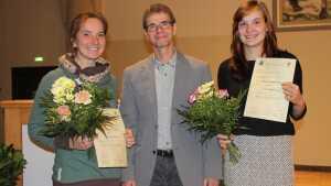 Auszeichnung im Rahmen der Mitgliederversammlung am 10.11.2016 (v.l.n.r.): Mareike Ammann, Prof. Dr. Michael Glei und Maria Wildgrube