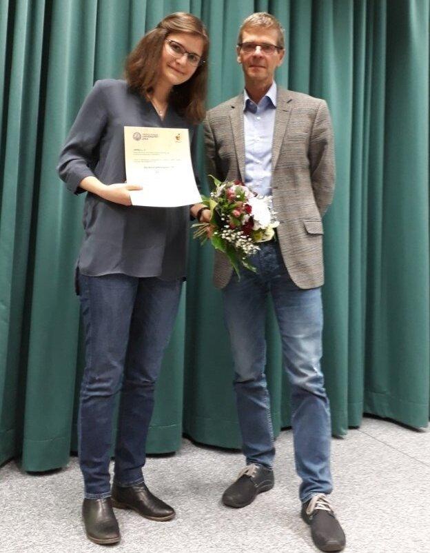 Auszeichnung im Rahmen der Mitgliederversammlung am 09.11.2017 (v.l.n.r.): Johanna Wiest und Prof. Dr. Michael Glei