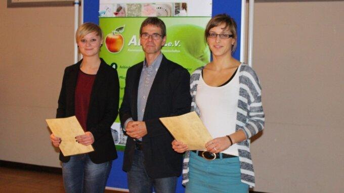 Auszeichnung im Rahmen der Mitgliederversammlung am 06.11.2014 (v.l.n.r.): Ramona Rudnick, Prof. Dr. Michael Glei und Anna Westphal