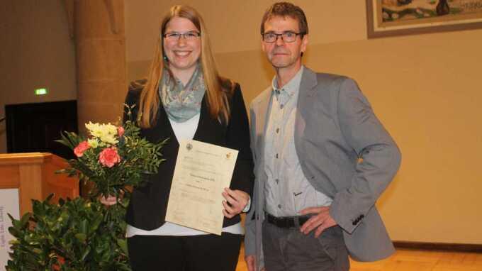 Auszeichnung im Rahmen der Mitgliederversammlung am 10.11.2016 (v.l.n.r.): Carina Holtzwarth und Prof. Dr. Michael Glei