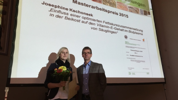Auszeichnung im Rahmen der Mitgliederversammlung am 05.11.2015 (v.l.n.r.): Josephine Kschonsek und Prof. Dr. Michael Glei