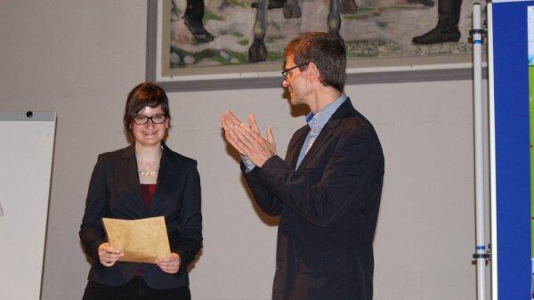 Prof. Dr. Michael Glei übereicht im Rahmen der Mitgliederversammlung am 06.11.2014 die Förderung an Lisa Schmölz
